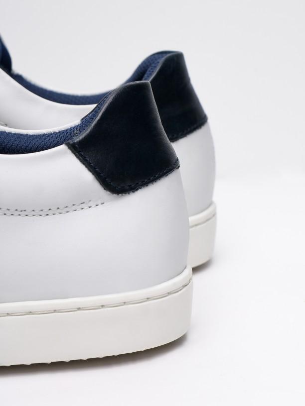 Sapatilha de pele pormenor azul no calcanhar