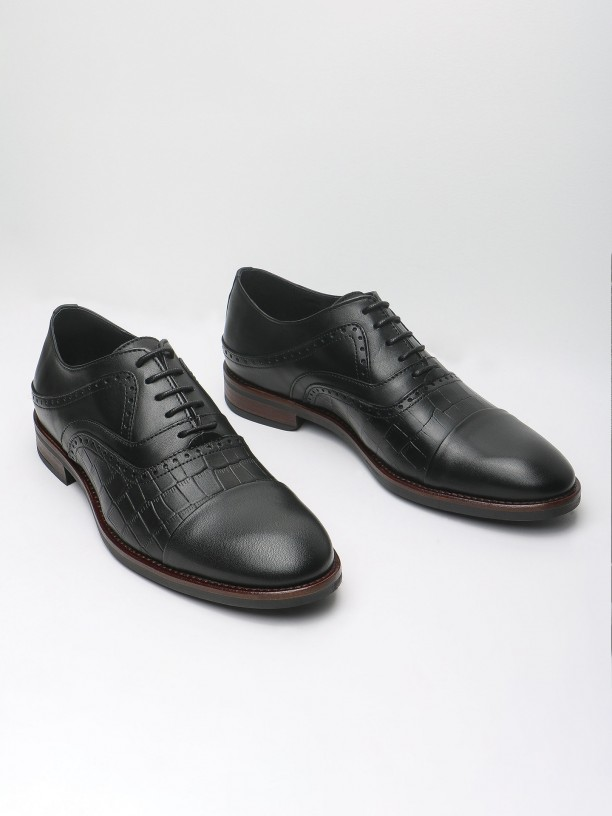 Leather elegant shoes with pricked detail