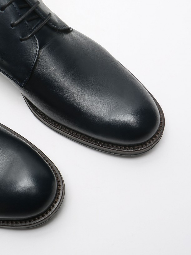 Polished leather boots with embossed pattern